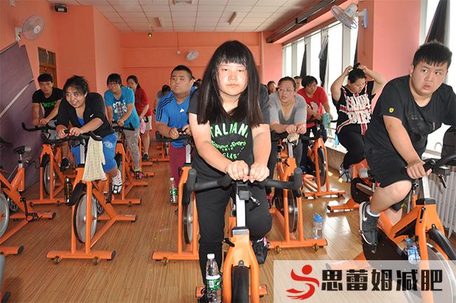 思蕾姆运动中心队员骑单车