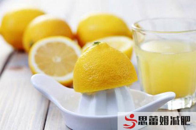 减肥训练营告诉你要多喝柠檬水